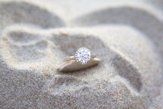anello diamanti spiaggia
