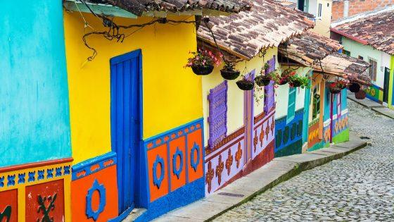 Una delle coloratissime strade di Bogotà