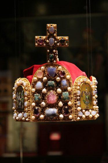corona con gioielli medievali